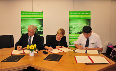 Signature of the general agreement, France Pavilion Shanghai World Expo: Jacques SAMARUT (ENSL), Gilberte CHAMBAUD (CNRS), YU Lizhong (ECNU)